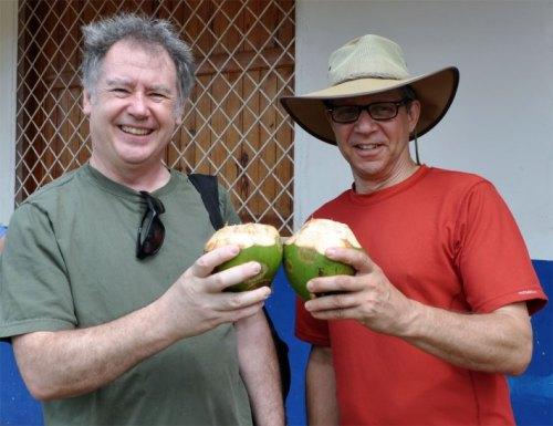Rick Janson et Jeff Arbus, du SEFPO, font santé avec une noix de coco